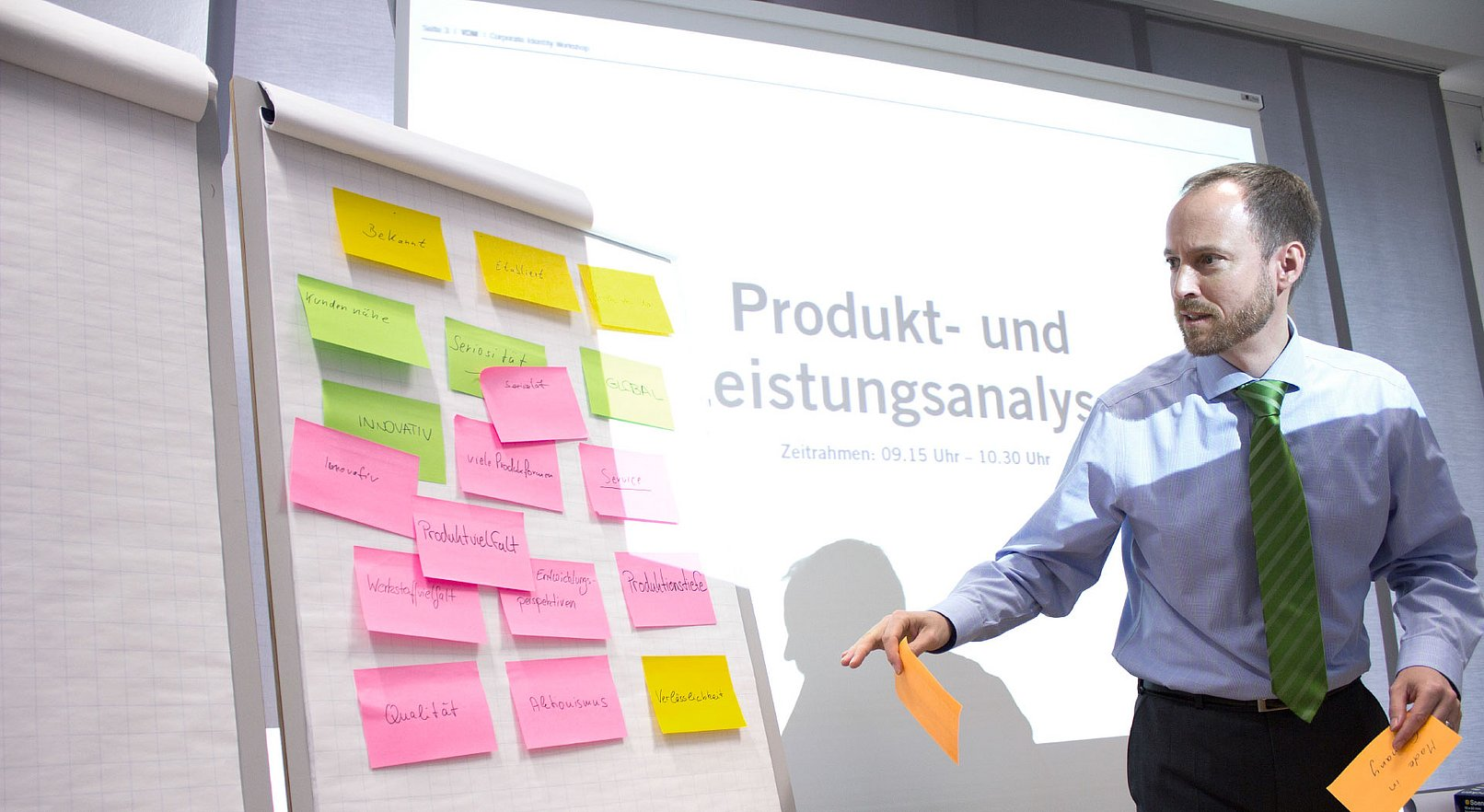 Der Marketingleiter von VDM Metals heftet Post-Its an ein Whiteboard